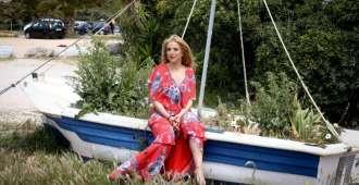 Νάσια Κονιτοπούλου: Μας ταξιδεύει «Στα Νησιά» με το απόλυτο ερωτικό νησιώτικο τραγούδι [vid]