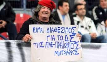 7 χρόνια πριν έφυγε ο «Μητσάρας», ο άνθρωπος που καυτηρίαζε τους πάντες με τα πλακάτ του στα γήπεδα [pics]